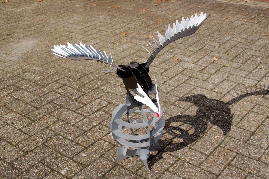 Eine Adlerskulptur aus Metall mit ausgestreckten Flügeln