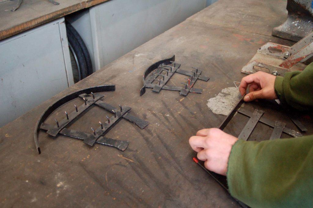 Hier wird von einem Mitglied ein Schlüsselaufhänger aus Metall gebaut