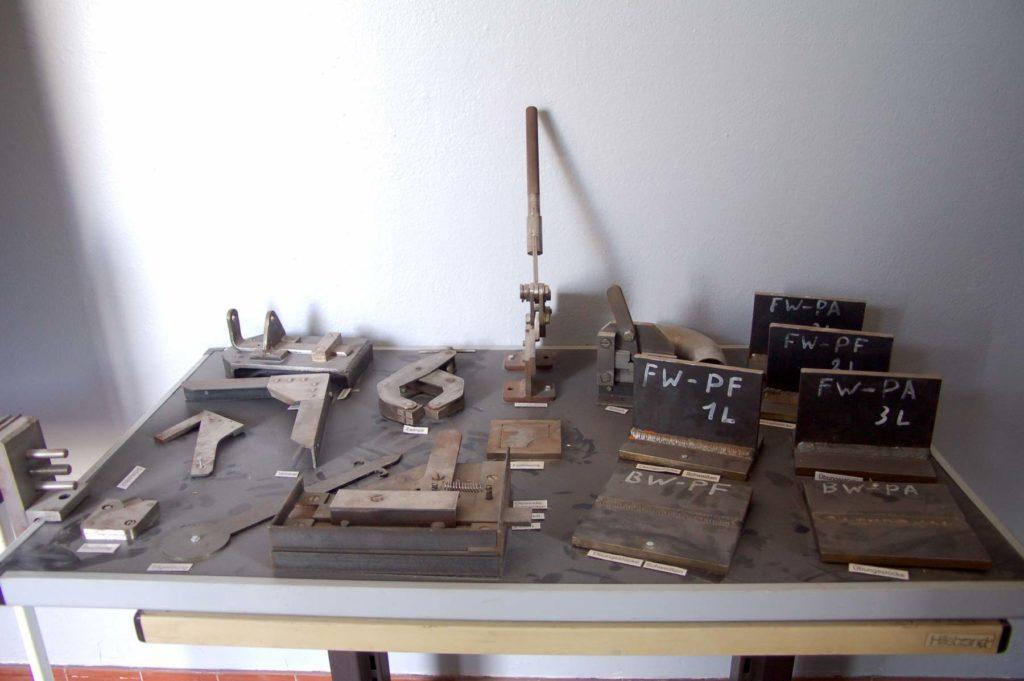 Verschiedene Metallwerkzeuge, die auf einem Tisch ausgebreitet wurden