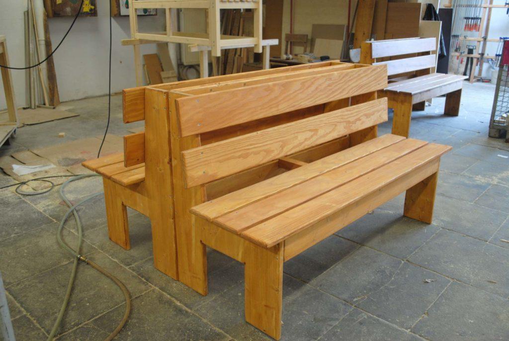 Zwei selbstgebaute Bänke aus Holz