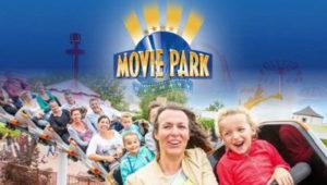 Viele Menschen, die Freude am Achterbahnfahren haben. Außerdem sieht man das Logo vom Movie Park.