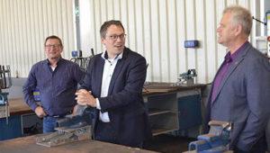 Tiemo Wölken von der SPD redet mit zwei Mitgliedern in einer unserer Werkstätten